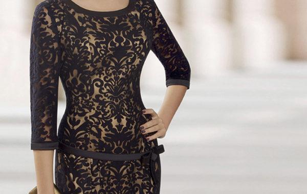 Черное платье с узором и поясом на талии